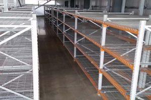 Longspan warehouse shelving with mesh decks