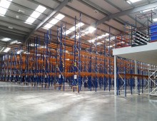 Narrow aisle racking with mezzanine
